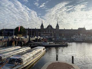 風景,空,屋外,湖,舟,駅,雲,ボート,夕暮れ,船,水面,夕方,朝焼け,都会,旅行,オランダ,アムステルダム,街中,車両,日中,水上バイク