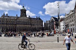 空,建物,自転車,屋外,道路,ヨーロッパ,人物,人,広場,オランダ,アムステルダム,水の都,通り,車両,乗馬,ホイール,王宮,紳士,陸上車両