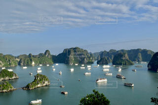 世界遺産ハロン湾と多くの観光船の写真・画像素材[4314084]