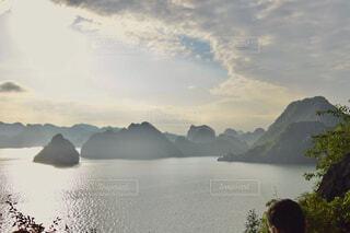 自然,風景,海,空,屋外,舟,夕焼け,船,水面,世界遺産,アジア,観光,旅行,ベトナム,クルーズ,ハノイ,ハロン湾,湾,美しく,ハロン