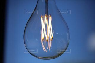 妖しげに灯るペンダントライトの写真・画像素材[4566936]