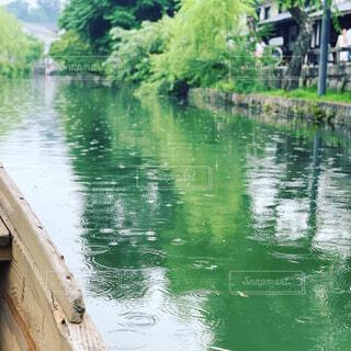 雨と水面と舟から目線の写真・画像素材[4316661]
