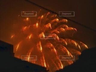 窓から見るサプライズ花火の写真・画像素材[4659885]