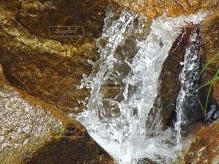流れ落ちる水の写真・画像素材[4706490]