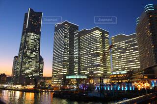 空,建物,夜景,屋外,川,水面,都市,タワー,都会,高層ビル,横浜,明るい,ダウンタウン,アーキテクチャ