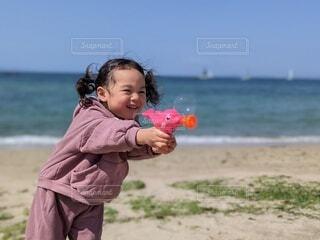 砂浜でシャボン玉の写真・画像素材[4318454]