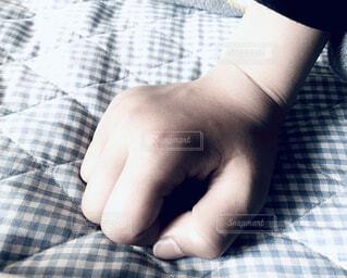 子ども,屋内,チェック,手,水色,悲しい,人物,人,握る,悔しい,ショック,ベッド,手首,ネガティブ,握り拳