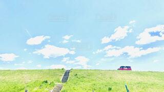 空,春,屋外,緑,階段,赤,雲,晴れ,晴天,堤防,車,水色,景色,草