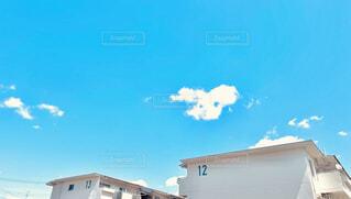空,建物,屋外,雲,青空,晴天,青,青い空,窓,水色,家,アパート,団地,マンション,集合住宅