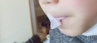 子ども,屋内,風船,人物,人,顔,ガム,練習,割れる,割れた,頬
