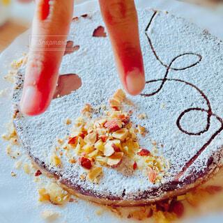 子ども,食べ物,ケーキ,屋内,手,家,皿,ハート,タルト,ナッツ,バレンタイン,チョコ,手作り,ピース,インドア,ファストフード,アーモンド,物,ソフトド リンク