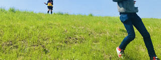 堤防で遊ぶ親子の写真・画像素材[4372036]