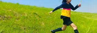 子ども,スポーツ,屋外,緑,草原,晴天,堤防,黄色,景色,少女,走る,草,人物,野原,人,サッカー,運動,少年,若い,アスレチック,ネイビー,再生,アクティブ,躍動