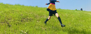 子ども,空,屋外,緑,草原,晴天,堤防,黄色,飛ぶ,景色,走る,草,人,レジャー,若い,再生,草木,アクティブ,履物,跳ねる,翔ける