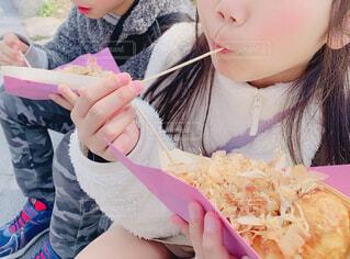 子ども,食べ物,ランチ,アクセサリー,屋外,少女,おやつ,人物,人,ご飯,美味しい,たこ焼き,少年,ソース,軽食,鰹節,人間の顔