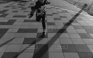 女性,子ども,風景,スポーツ,傘,屋外,モノクロ,影,走る,床,人物,道,人,歩道,地面,運動,少年,通り,シャドウ,アクティブ,躍動,履物,鬼ごっこ,黒と白