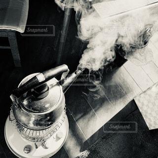 ストーブの上のやかんでお湯を沸かすの写真・画像素材[4430819]