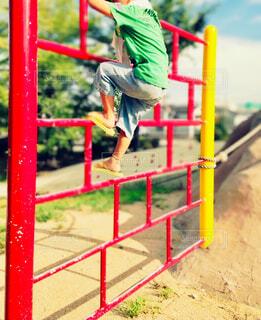 遊具に登る子どもの写真・画像素材[4432840]