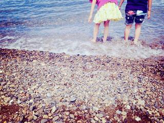 ビーチで遊ぶ2人の子どもの写真・画像素材[4434953]