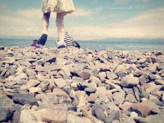 ビーチに向かって歩く子どもの写真・画像素材[4434954]