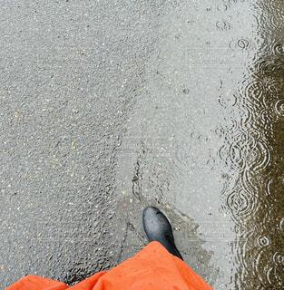 雨の日の足元の写真・画像素材[4434972]