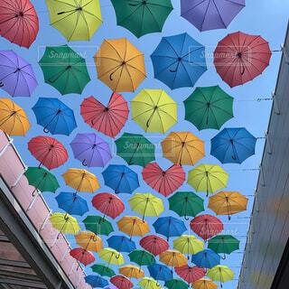 カラフルな傘の写真・画像素材[4319544]