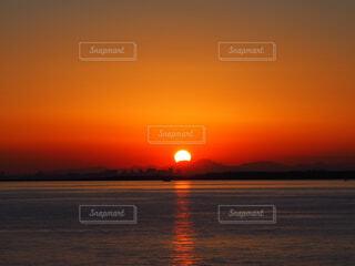 夕日が海に光の道を作りながら空を赤く染める風景の写真・画像素材[4321362]