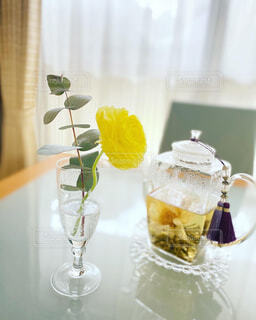 カフェ,花,花瓶,窓,テーブル,リラックス,おうちカフェ,ドリンク,おうち,ライフスタイル,工芸茶,ガラスポット,おうち時間