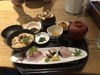 食べ物の皿をテーブルの上に置くの写真・画像素材[4331018]
