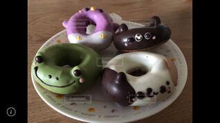 皿の上にチョコレートドーナツの写真・画像素材[4331022]