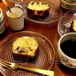 食べ物,カフェ,ケーキ,コーヒー,デザート,フォーク,テーブル,皿,パウンドケーキ,リラックス,食器,カップ,おいしい,ドリップコーヒー,おうちカフェ,手作り,ドリンク,ハンドドリップ,おうち,菓子,ライフスタイル,手作りケーキ,コーヒー カップ,おうち時間