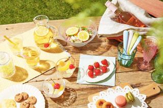 晴れの日のデザートピクニックの写真・画像素材[4404323]