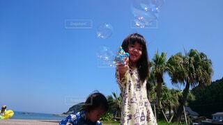 風景,空,屋外,少女,シャボン玉,人物,人,笑顔,若い,バブル,少し,人間の顔