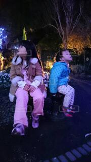 風景,屋外,少女,イルミネーション,人物,人,幼児,履物,クリスマス ツリー,人間の顔