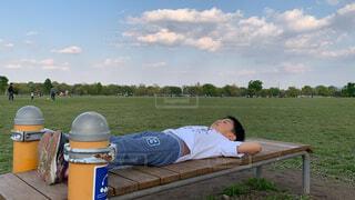 公園で筋トレする子どもの写真・画像素材[4330086]