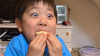 子ども,食べ物,食事,屋内,嬉しい,人物,壁,人,笑顔,赤ちゃん,顔,食べる,幼児,少年,若い,喜ぶ,ファストフード,スナック,笑い,うれしい,少し