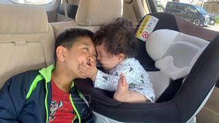 子ども,風景,車,車内,キス,仲良し,人物,人,赤ちゃん,幼児,少年,なかよし,座席,人間の顔