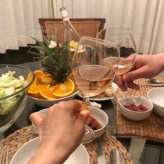 食べ物,ディナー,屋内,テーブル,皿,人物,人,食器,ワイン,レストラン,ドリンク,ワイングラス
