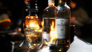 食べ物,自然,アウトドア,屋外,暗い,ガラス,光,ワイン,ボトル,ビール,キャンプ,ガラス瓶,ウイスキー,バーベキュー,焚き火,バー,ドリンク,BBQ,アルコール,飲料,マッカラン,アルコール飲料,12年