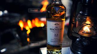 食べ物,自然,アウトドア,屋内,屋外,暗い,ガラス,光,ワイン,ボトル,ビール,キャンプ,ガラス瓶,ウイスキー,バーベキュー,焚き火,バー,ドリンク,BBQ,アルコール,飲料,マッカラン,アルコール飲料,12年
