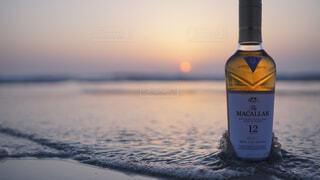 食べ物,自然,アウトドア,海,空,屋外,水,波,暗い,水面,ガラス,光,液体,旅,ワイン,ボトル,ビール,ガラス瓶,ウイスキー,バー,ドリンク,アルコール,飲料,マッカラン,アルコール飲料,12年
