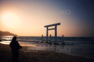 夕日と鳥居と私との写真・画像素材[4601643]