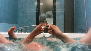 お酒,水,水面,ガラス,人物,人,容器,お風呂,乾杯,入浴剤,バスタブ,ジャグジー