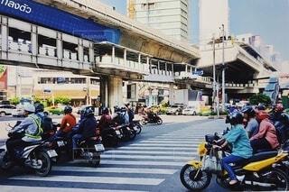 建物,自転車,屋外,帽子,道路,街,人,外国,信号,横断歩道,ヘルメット,オートバイ,車両,信号待ち,赤信号,ホイール,待ち,陸上車両,車停め