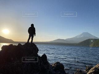 空,富士山,屋外,湖,ビーチ,雲,水面,山,景色,岩,人物,人,日の出,ハイキング,本栖湖