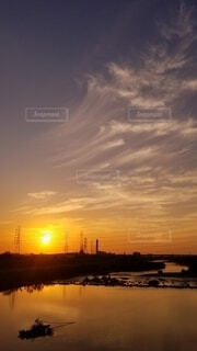 風景,空,夕日,屋外,太陽,雲,夕焼け,夕暮れ,船,川,水面,景色,地平線,日の出,夕焼け小焼け,残光,今晩,朝の赤い空