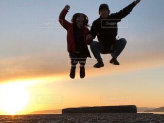 自然,アウトドア,海,夕日,カップル,砂浜,ジャンプ,海岸,仲良し,キャンプ,青春,サンセット,桜島,リフレッシュ,カップルフォト,休日の過ごし方,アオハル,人生楽しんだもの勝ち