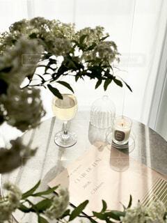 花,屋内,花瓶,テーブル,キャンドル,楽譜,食器,観葉植物,昼下がり,グリーン,ホワイト,草木,ワイングラス,西日