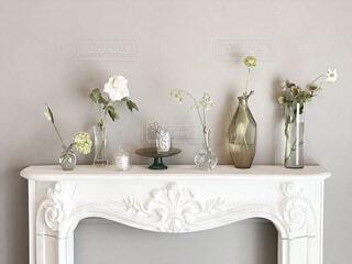 インテリア,花,リビング,屋内,白,花瓶,キャンドル,壁,家具,デザイン,ダイニング,グリーン,ホワイト,フラワーベース,マントルピース,ホワイトインテリア,海外インテリア,コーヒー テーブル