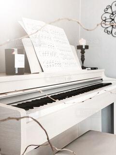 屋内,ピアノ,キャンドル,楽譜,壁,楽器,音楽,鍵盤,グレー,デスク,ホワイト,燭台,ホワイトインテリア,グレー壁紙